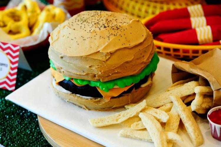 Bánh humburger cupcake độc đáo cho ngày 1/4 13 bánh humburger cupcake độc đáo cho ngày 1/4 Bánh humburger cupcake độc đáo cho ngày 1/4 burger cake 13