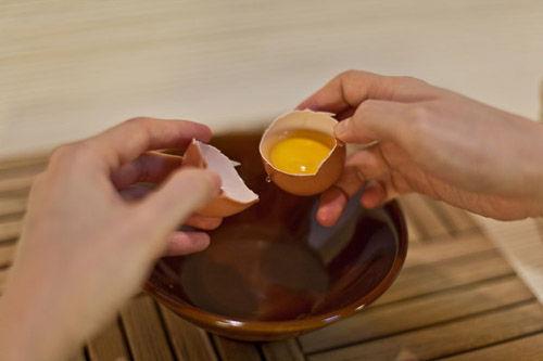 huong-dan-cach-tach-long-do-trung-ga-cuc-don-gian-4 cách tách lòng đỏ trứng gà Hướng dẫn cách tách lòng đỏ trứng gà cực đơn giản huong dan cach tach long do trung ga cuc don gian 4