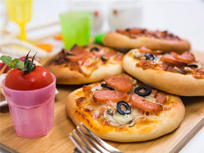 cach-lam-pizza-mini-1 cách làm pizza Cuối tuần học cách làm pizza mini ngon y ngoài quán cach lam pizza mini 1