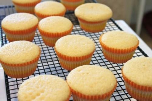 cách làm cupcake vani 7 cách làm cupcake vani Cách làm cupcake vani và kem bơ trang trí cupcake cach lam cupcake vani va kem bo trang tri cupcake chuan 9 e1459004453434