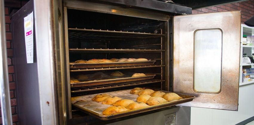 cách vệ sinh lò nướng 11 cách vệ sinh lò nướng Mẹo vệ sinh lò nướng không hề tốn kém với nguyên liệu làm bánh cach ve sinh lo nuong sieu sach sieu de bang baking soda 11