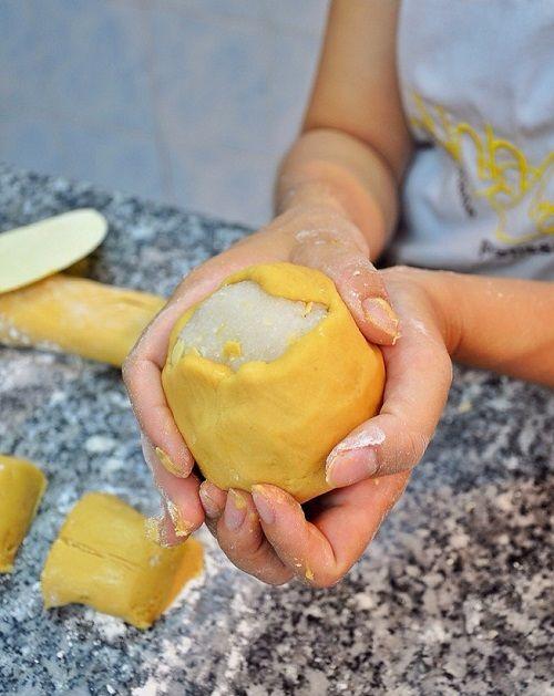 Cách làm bánh trung thu dừa hạnh nhân 7 cách làm bánh trung thu dừa hạnh nhân Cách làm bánh Trung thu dừa hạnh nhân thơm ngon tại nhà cach lam banh trung thu dua hanh nhan thom ngon tai nha 7