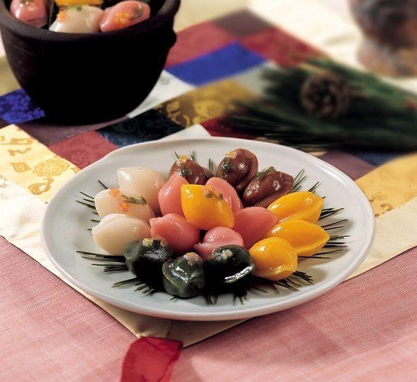 cách làm bánh dẻo Songpyeon Hàn Quốc 8 cách làm bánh dẻo songpyeon hàn quốc Cách làm bánh dẻo Songpyeon Hàn Quốc mới lạ mùa Trung thu cach lam banh deo songpyeon han quoc moi la mua trung thu 7