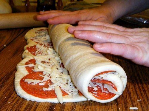 cách làm pizza cuộn 3 cách làm pizza cuộn Cách làm pizza cuộn nhân phomai mới lạ ngay tại nhà cach lam pizza cuon nhan phomai moi la ngay tai nha 3