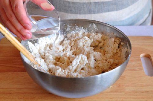 cách làm bánh hành tóp mỡ  7 cách làm bánh hành tóp mỡ Gợi nhắc tuổi thơ với món bánh hành tóp mỡ bình dị thân thương cach lam banh hanh top mo goi nhac mot phan tuoi tho 2