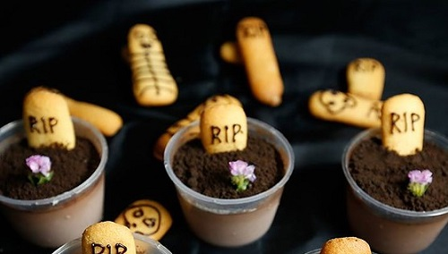 cách làm bánh pudding nghĩa địa 1 cách làm bánh pudding nghĩa địa Rùng rợn với món bánh nghĩa địa cho ngày Halloween cach lam banh pudding nghia dia ma quai dem halloween 1