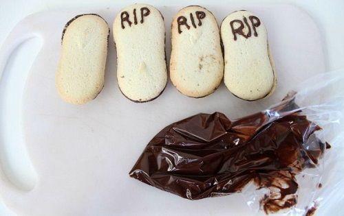 cách làm bánh pudding nghĩa địa 7 cách làm bánh pudding nghĩa địa Rùng rợn với món bánh nghĩa địa cho ngày Halloween cach lam banh pudding nghia dia ma quai dem halloween 6