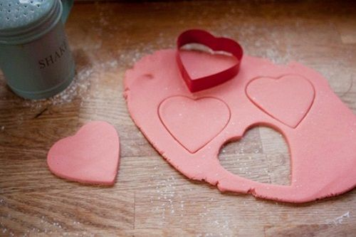 cách làm bánh quy trái tim hồng 4 cách làm bánh quy trái tim hồng Cách làm bánh quy trái tim cho người ấy vào ngày 20/10 cach lam banh quy trai tim hong tang mot nua yeu thuong 4