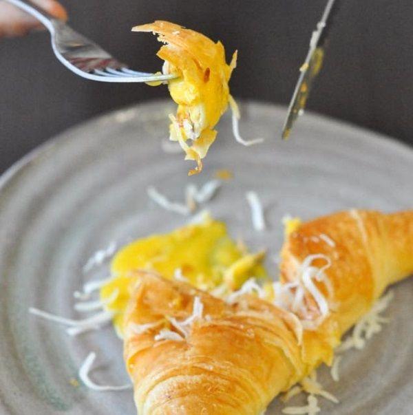 cách làm bánh sừng bò nhân trứng muối 3 cách làm bánh sừng bò nhân trứng muối Cách làm bánh sừng bò nhân trứng muối mới lạ tại nhà cach lam banh sung bo nhan trung muoi moi la tai nha 4