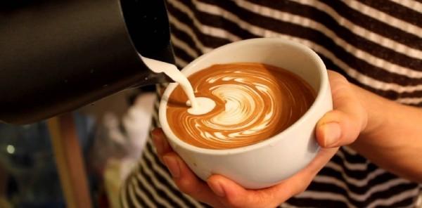 cách pha cà phê capuchino không cần máy 2 cách pha cà phê capuchino không cần máy Cách pha cà phê capuchino không cần máy ngay tại nhà cach pha ca phe capuchino khong can may ngay tai nha 4 e1476622646636