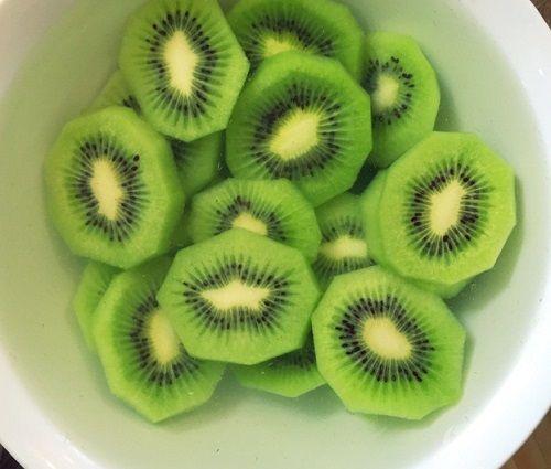 Cách làm mứt kiwi 3 Cách làm mứt kiwi Cách làm mứt kiwi ngon tuyệt đãi khách trong ngày Tết cach lam mut kiwi ngon tuyet dai khach trong ngay tet 4