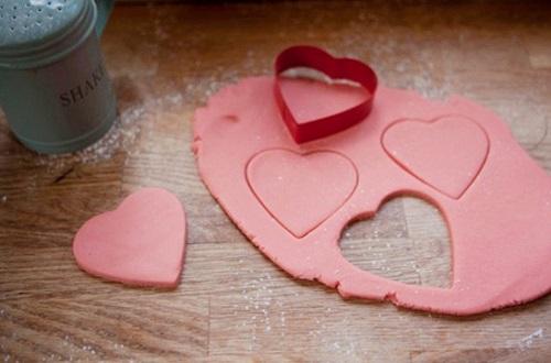 cách làm sandwich bánh quy kem hình trái tim 5 cách làm sandwich bánh quy kem hình trái tim Cách làm sandwich bánh quy kem hình trái tim ngọt ngào nhân ngày 8/3 cach lam sandwich banh quy kem hinh trai tim dang yeu 5
