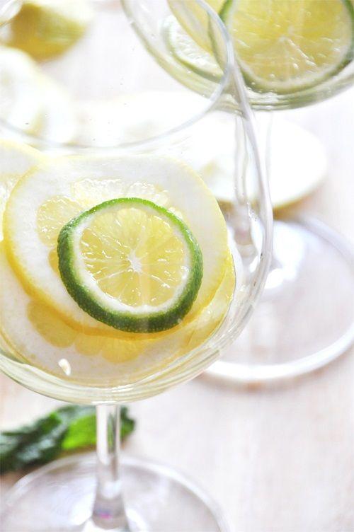 cách làm cocktail Sangria từ chanh và bạc hà 4 cách làm cocktail sangria từ chanh và bạc hà Cocktail Sangria chanh bạc hà đơn giản đậm đà hương vị Tây Ban Nha cach lam cocktail sangria tu chanh va bac ha cuc ngon 5