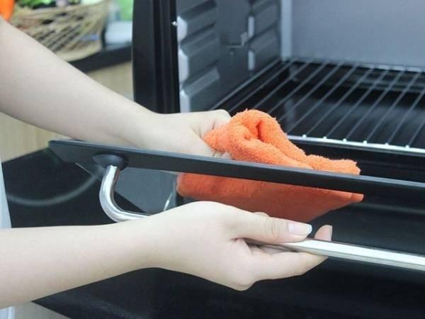 Cách làm sạch lò nướng đơn giản và hiệu quả nhất cách làm sạch lò nướng Mẹo làm sạch lò nướng đơn giản và hiệu quả nhất cach lam sach lo nuong don gian va hieu qua nhat 4