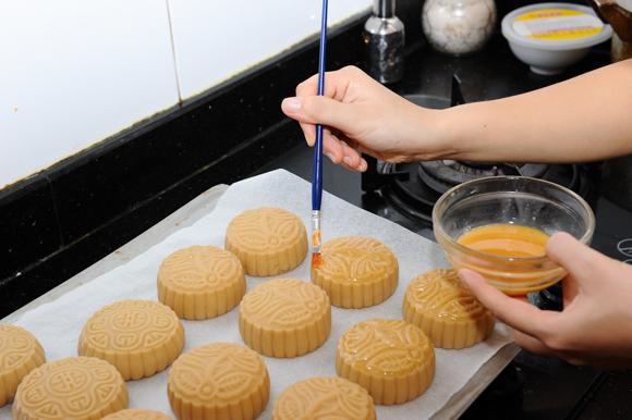 Hướng dẫn cách nướng bánh Trung thu cho bánh truyền thống và hiện đại-7 cách nướng bánh trung thu Hướng dẫn cách nướng bánh Trung thu chuẩn đẹp cach nuong banh trung thu truyen thong va hien dai 5