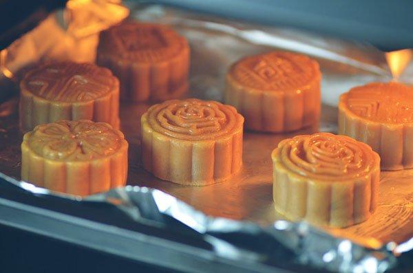 Hướng dẫn cách nướng bánh Trung thu cho bánh truyền thống và hiện đại-1 cách nướng bánh trung thu Hướng dẫn cách nướng bánh Trung thu chuẩn đẹp cach nuong banh trung thu truyen thong va hien dai
