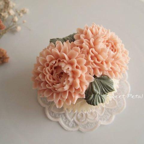 Lưu lại những mẫu hoa kem bơ Hàn Quốc hot nhất không thể bỏ qua-45  8 mẫu hoa kem bơ Hàn Quốc phổ biến nhất trong trang trí bánh tong hop nhung mau hoa kem bo dep nhat nam 2017 11