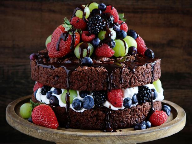 Chocolate khi đun chảy có thể mất đi vẻ bóng, đẹp, thậm chí là đặc sánh lại. Như vậy sẽ khó đổ lên mặt bánh. Hơn nữa sau một thời gian chocolate sẽ tự đông lại, trở nên rất cứng. Vì vậy cho thêm heavy cream vào để làm cho hỗn hợp chocolate lỏng hơn, mịn hơn, dễ dàng phủ bánh. Đặc biệt là sau khi để một thời gian bên ngoài hay để vào trong tủ lạnh thì lớp chocolate cũng sẽ không bị đông cứng mà vẫn mềm và dễ ăn-345 cách phủ socola lên bánh kem Cách phủ socola lên bánh kem đơn giản mà đẹp cach phu socola len banh kem 3