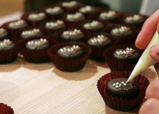 tự làm socola tặng người yêu tự làm socola tặng người yêu Tự làm socola tặng người yêu đơn giản mà ý nghĩa nhất y nghia cua hop qua trai tim hoa hong va socola trong ngay valentine 1 1487234499142 230x165