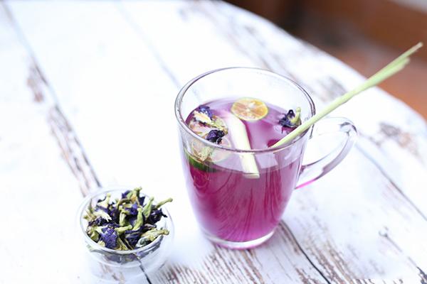 cách làm trà hoa đậu biếc cách làm trà hoa đậu biếc Cách làm trà hoa đậu biếc màu xanh dịu mát hot nhất hè 2018 cach lam tra hoa dau biec 18 1