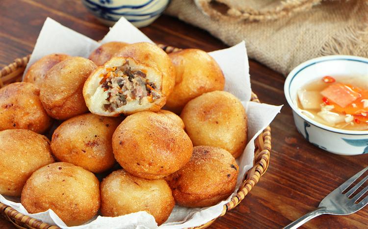 cách làm bánh rán mặn cách làm bánh rán mặn 2 cách làm bánh rán mặn nóng hổi, giòn tan siêu đơn giản lam banh ran man 1