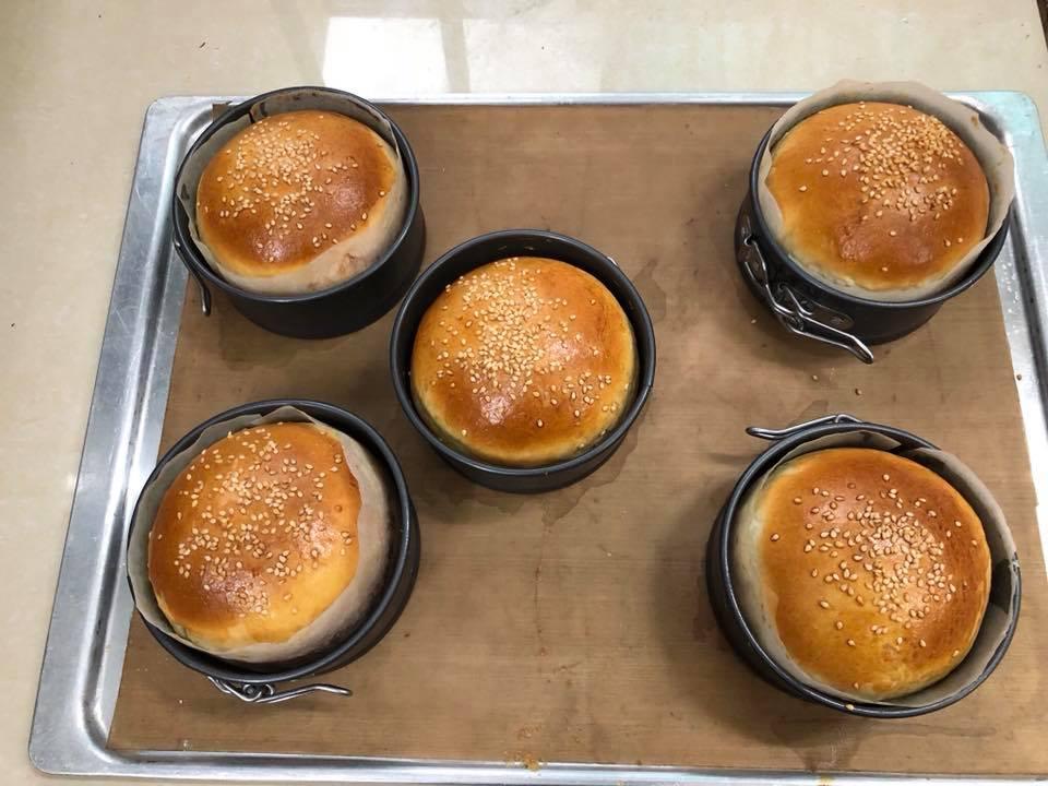 bánh hamburger bò siêu đơn giản 4 bánh hamburger bò Bánh hamburger bò siêu đơn giản cho bữa sáng tràn đầy năng lượng cach lam banh hamburger1