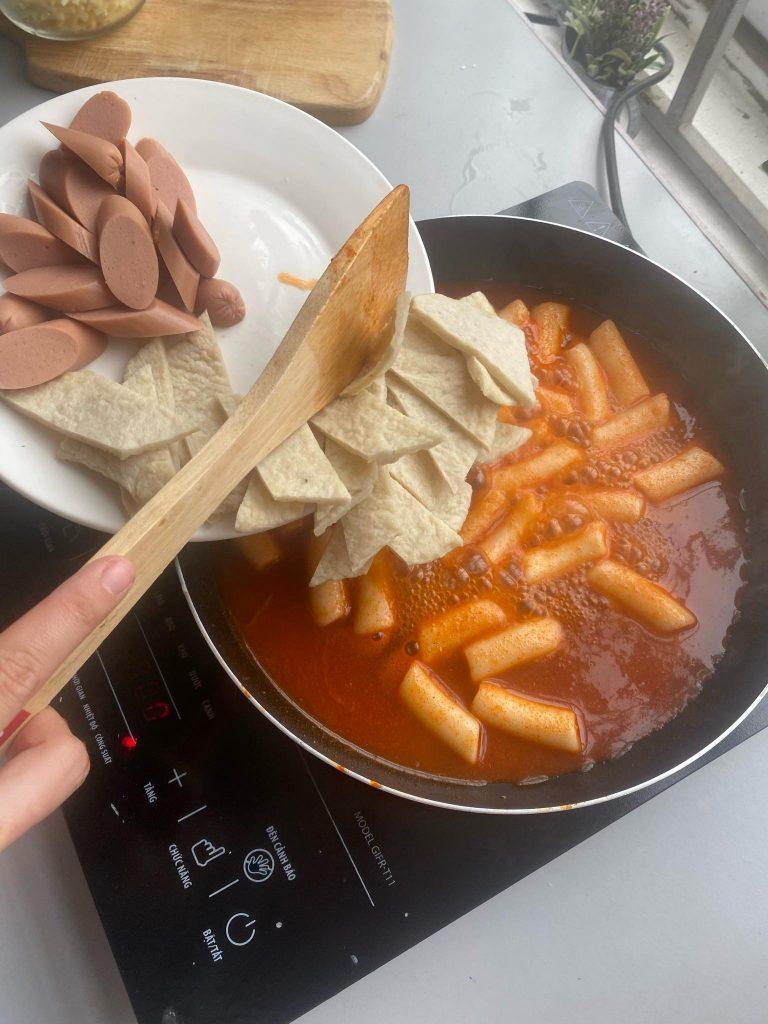 cách làm bánh gạo cay hàn quốc Cách làm bánh gạo cay Hàn Quốc siêu đơn giản từ nguyên liệu sẵn có b  nh g   o a 768x1024