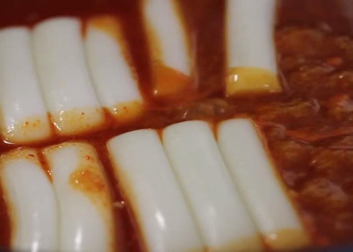cách làm bánh gạo cay hàn quốc 6 cách làm bánh gạo cay hàn quốc Cách làm bánh gạo cay Hàn Quốc siêu đơn giản từ nguyên liệu sẵn có cach lam banh gao cay 6