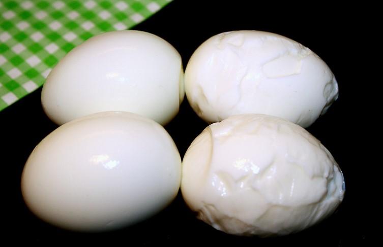 cách luộc trứng 2 cách luộc trứng Cách luộc trứng đơn giản nhưng không phải ai cũng làm được cach luoc trung 2 1