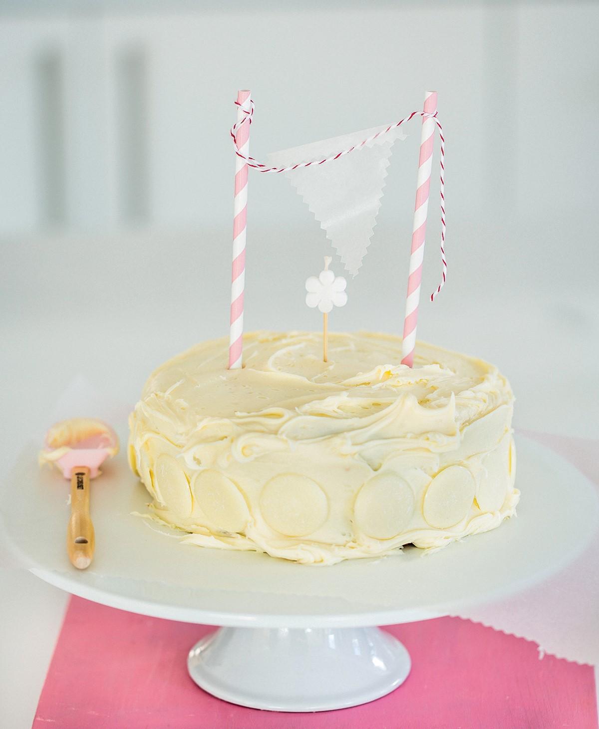 cách trang trí bánh bông lan 7 cách trang trí bánh bông lan Cách trang trí bánh bông lan cực ngon mà không cần đến kem tươi cach trang tri banh bong lan 7