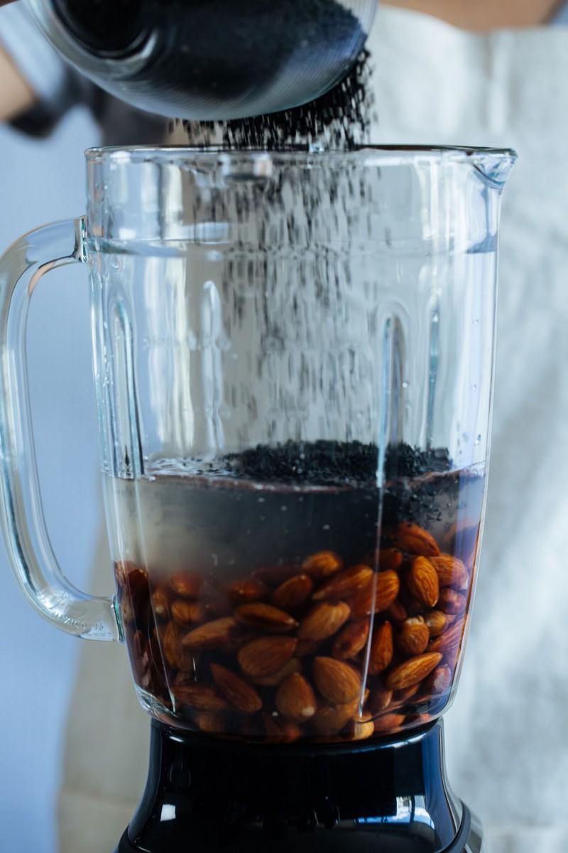 cách làm sữa mè đen hạnh nhân 9 cách làm sữa mè đen Cách làm sữa mè đen hạnh nhân thơm nức mũi cach lam sua me den hanh nhan 9