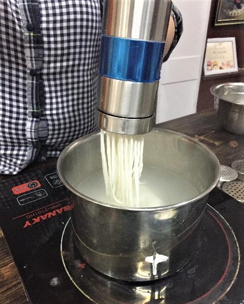cách làm mì sợi 3 cách làm mì sợi Cách làm mì sợi, bún tươi và chè bánh lọt bằng ống ép mì đa năng ban co the lam mon gi 12