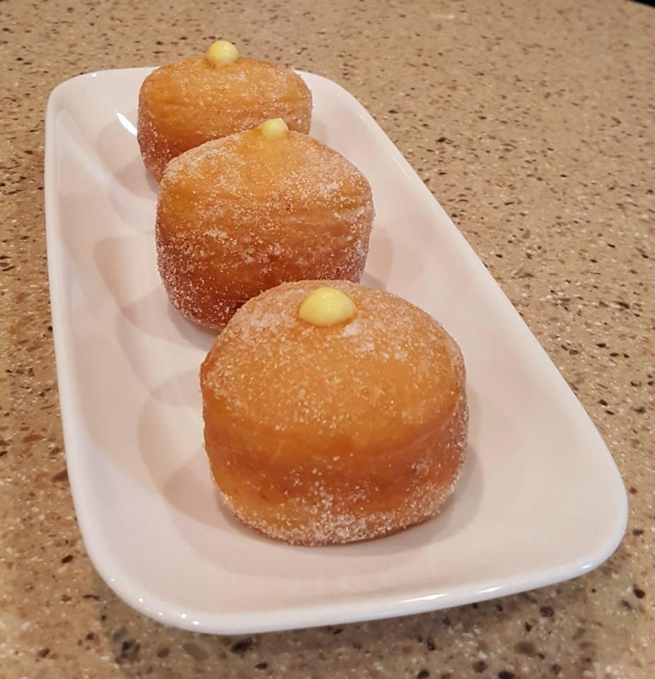 cách làm bánh donuts 1 cách làm bánh donuts Cách làm bánh Donuts nhân kem ngậy béo ngon xuýt xoa cuối tuần cach lam banh donuts 1
