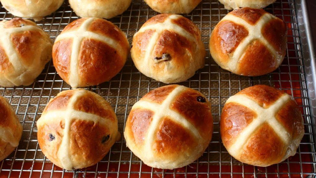 cách làm bánh hot cross buns 8 cách làm bánh hot cross buns Cách làm bánh Hot Cross Buns thật ngon cho con mang đến trường cach lam banh hot cross buns 8 1024x576