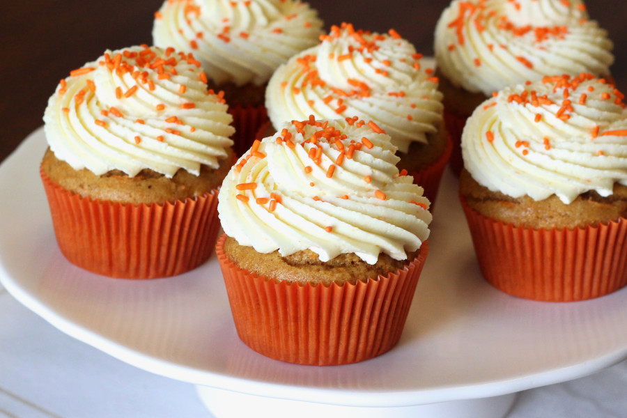 Cách làm cupcake cà rốt 12 cách làm cupcake cà rốt Cách làm cupcake cà rốt đơn giản ngon thơm chỉ trong tích tắc cach lam cupcake ca rot 12