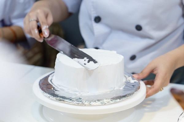 Dụng cụ làm bánh kem cơ bản 5 dụng cụ làm bánh kem cơ bản Dụng cụ làm bánh kem cơ bản giúp bạn có chiếc bánh gato siêu đẹp dung cu lam banh kem co ban 5