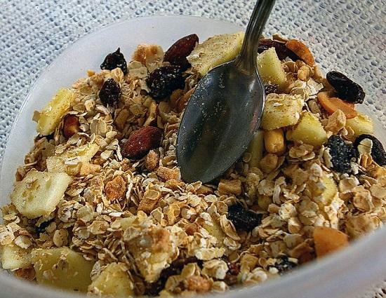 ngũ cốc tăng cân ăn liền Những loại ngũ cốc tăng cân ăn liền organic tốt nhất hiện nay lam bua sang dinh duong cho cac be bang mon ngu coc trai cay 4
