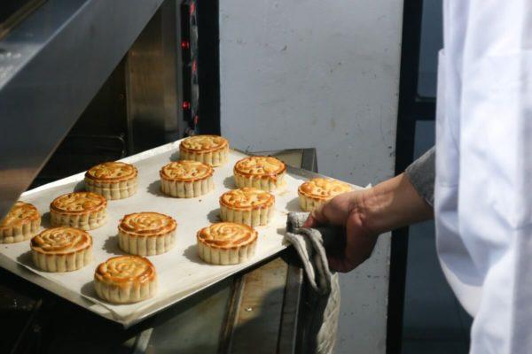 cách làm bánh trung thu bằng bột mikko cách làm bánh trung thu bằng bột mikko Cách làm bánh trung thu bằng bột mikko cực dễ cho người mới Nuong banh Trung thu trong lo e1562819738591