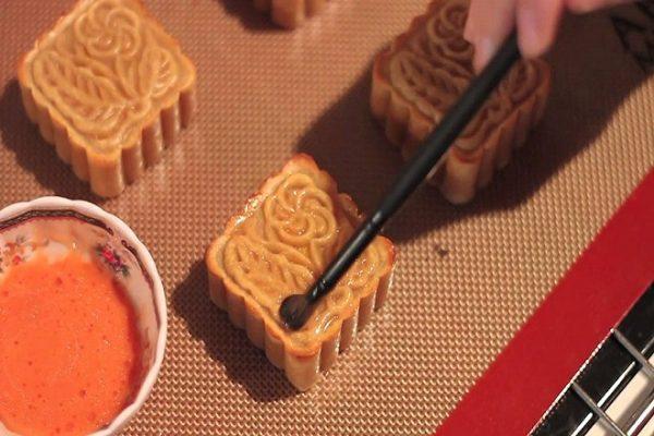 cach-lam-bot-banh-trung-thu-nuong bột bánh trung thu nướng Bật mí cách làm bột bánh trung thu nướng chuẩn nhất cach phet trung len banh 600x400 1