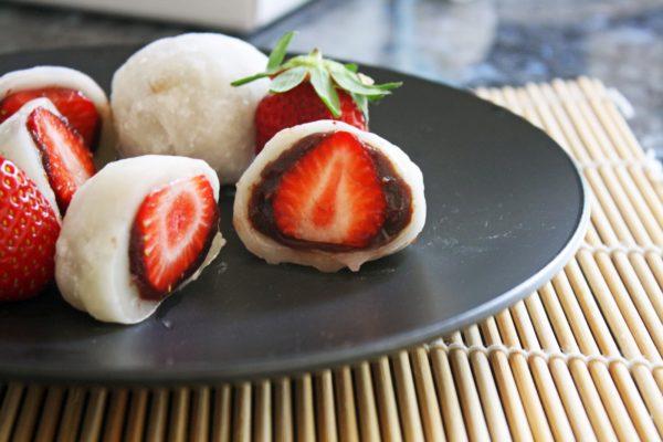 mochi nhân dâu tây mochi nhân dâu tây Mochi nhân dâu tây – món tráng miệng cực lạ giữa mùa Trung thu mochi nhan dau tay 01 e1564740366147