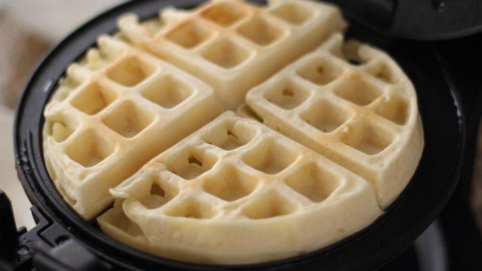 banh-kep-tan-ong bánh kẹp tàn ong Những cách làm bánh kẹp tàn ong ai cũng mê cach lam banh kep tan ong 3 696x391