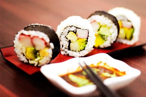 cach-lam-sushi cách làm sushi Cách làm sushi ngon nhất cùng thưởng thức cuối tuần cach lam sushi 1
