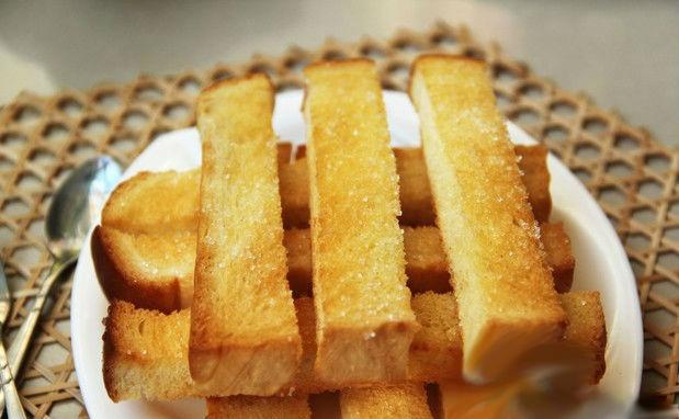 banh-mi-bo-duong bánh mì bơ đường Cách làm bánh mì bơ đường béo ngậy, thơm ngon huong dan cach lam banh mi nuong bo duong cho bua sang du chat11499398930