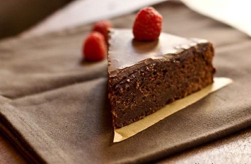 sachertorte sachertorte Cùng tìm hiểu về sachertorte bánh chocolate quý tộc của nước Áo sachertorte chiec banh chocolate dong quy toc cua nuoc ao 1