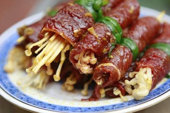 bo-cuon-kim-cham-nuong bò cuộn nấm kim châm nướng Cách làm bò cuộn nấm kim châm nướng ngon ứ nước miếng bo cuon kim cham nuong