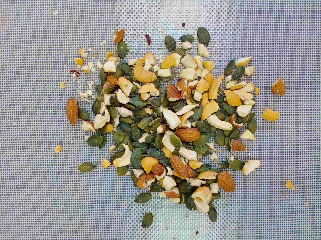 đập vỡ hạt để làm granola cách làm granola Top 3 cách làm Granola cực ngon không béo đơn giản tại nhà cach lam granola b 1024x768