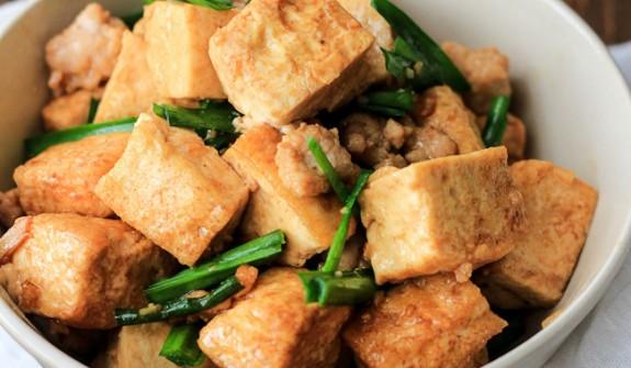 thit-kho-dau-hu thịt kho đậu hũ Cách làm thịt kho đậu hũ đưa cơm ngày se lạnh dau hu xao thit heo bam nhuyen 1 575x335
