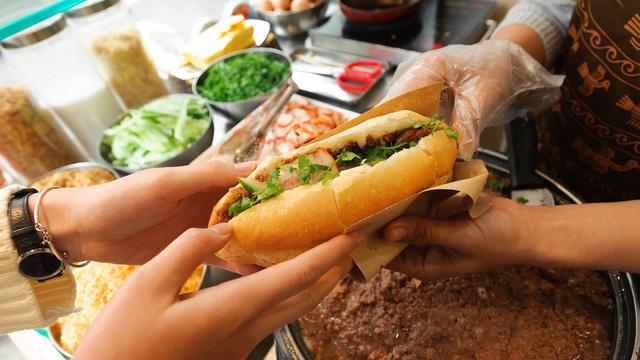 banh-mi-pate bánh mì pate Cách làm bánh mì pate đặc biệt cho bữa sáng tại nhà photo1539991394934 1539991394934307915479