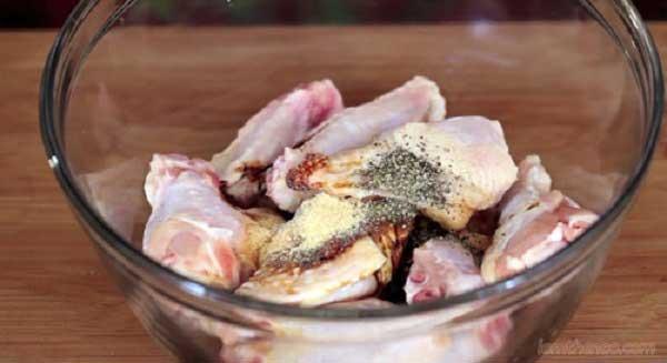 ga-kho-tieu gà kho tiêu Hướng dẫn cách làm gà kho tiêu thêm đậm đà bữa cơm uop thit ga voi gia vi va hat tieu 1