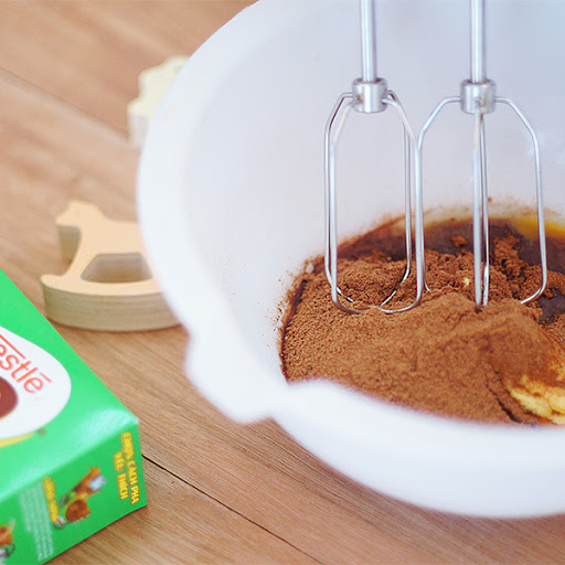 danh-bong-bot-milo-va-whipping kem milo Kem milo: cách biến tấu milo khiến trẻ mê mẩn kem milo cach bien tau milo khien tre man 5